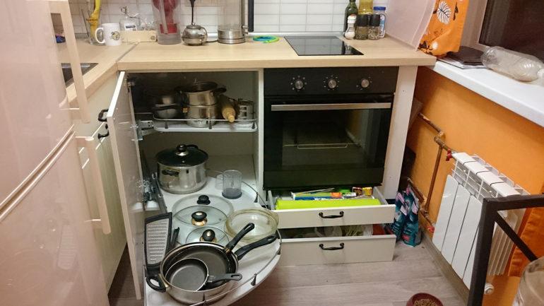 Уместить всю нужную кухонную утварь помогут выдвижные модули и ящики, расположенный везде, где только можно