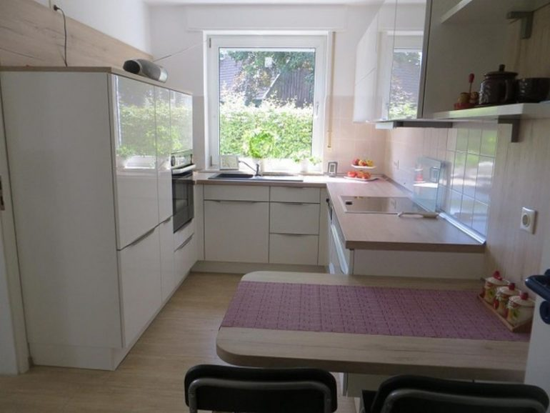 Кухонные гарнитур в две линии и мойка в подоконнике