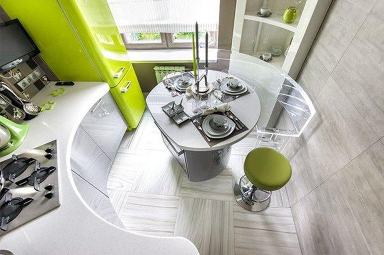 Круглый обеденный стол и салатовый холодильник