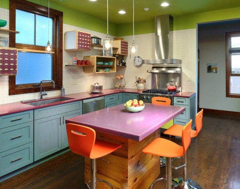 На кухне площадью 10 кв. метров всегда всё под рукой и при этом в ней умещается большой гарнитур, обеденная зона и, при желании, даже мягкая мебель