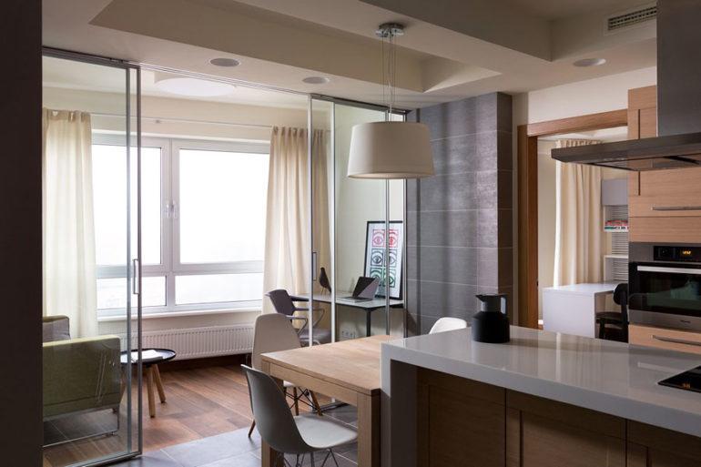 После объединения на этой лоджии получились зона для отдыха и небольшое рабочее место, отделяемые от кухни раздвижными стеклянными перегородками