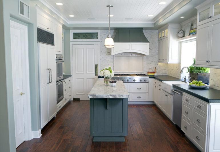 Главное преимущество квадратной кухни – возможность вписать разнообразные варианты размещения мебельного гарнитура