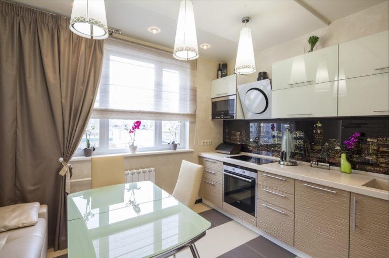 В большой кухне при линейной компоновке остается много пространства для размещения масштабного обеденного стола или кухонного острова