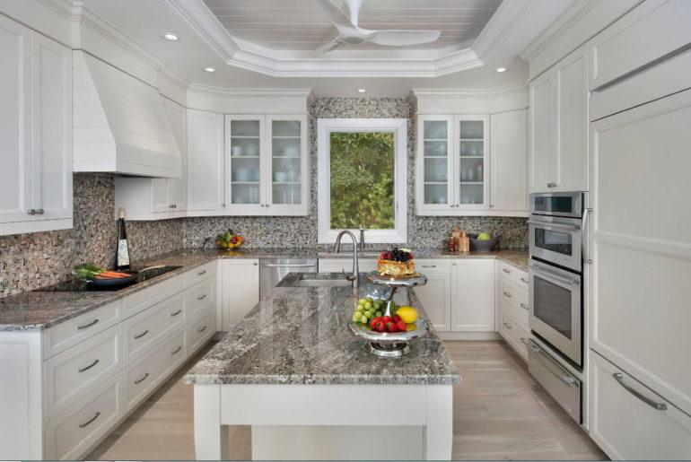 П-образная планировка подойдет для больших семей, ведь им просто необходимо большое количество кухонных шкафов