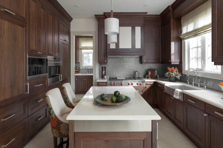 На любой кухне, где много пространства, массивная классическая мебель будет уместна