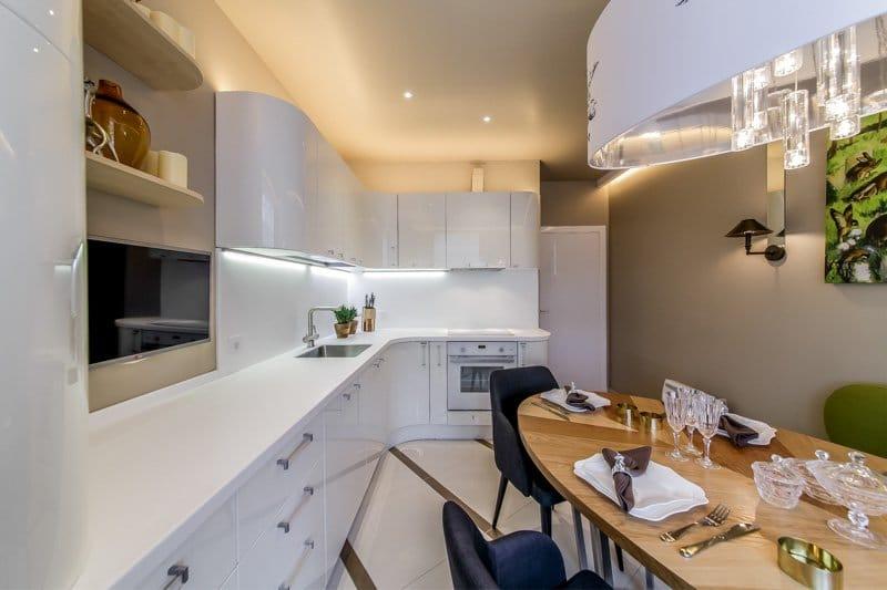 Угловая компоновка мебели – самая универсальная, идеально подходящая для квадратной кухни