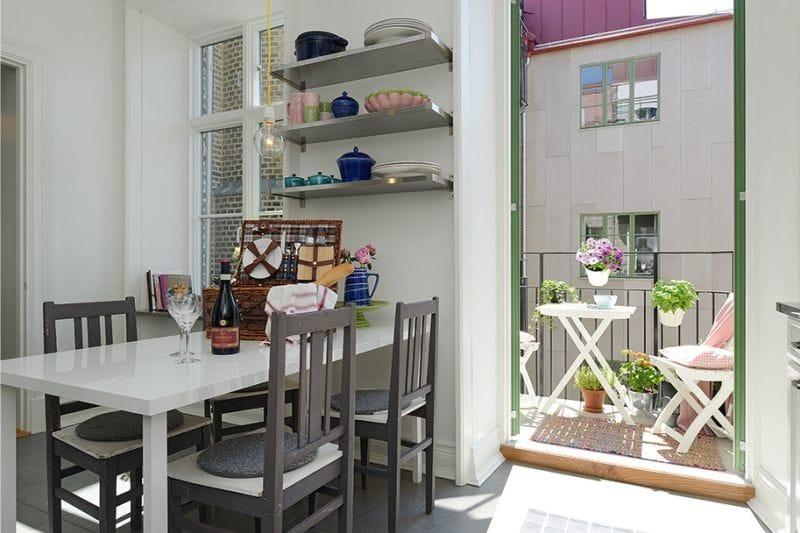 Выход на балкон специально не завешен шторами для лучшего естественного освещения кухни