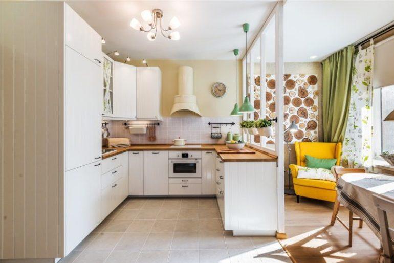 На кухне такой площади можно уместить практически всё: остров, барную стойку и диван, но главное здесь – правильно распределить пространство
