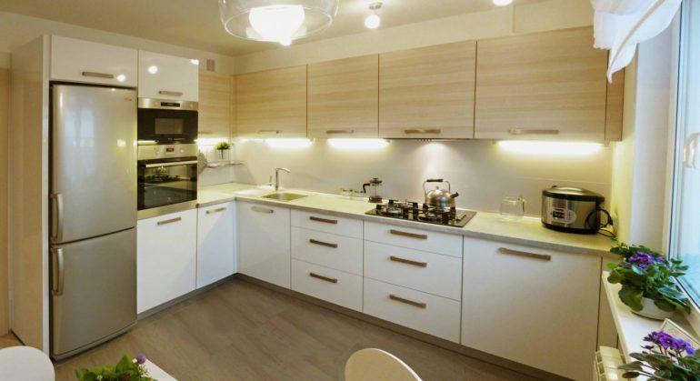 Размещенный на этой кухне угловой гарнитур повторяет форму помещения, а обеденная зона расположена напротив