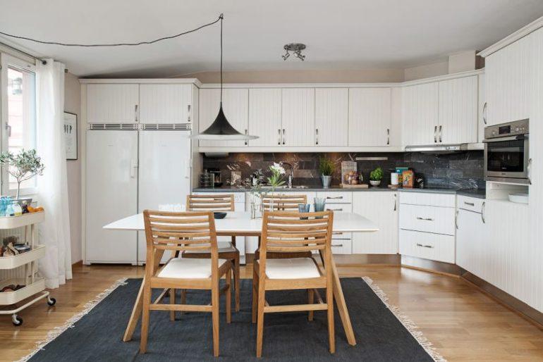 Хозяева кухни в 15 квадратов могут позволить себе разместить большой холодильник или два поменьше