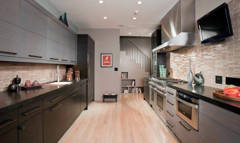 Двухрядная планировка идеально подходит для вытянутых кухонь