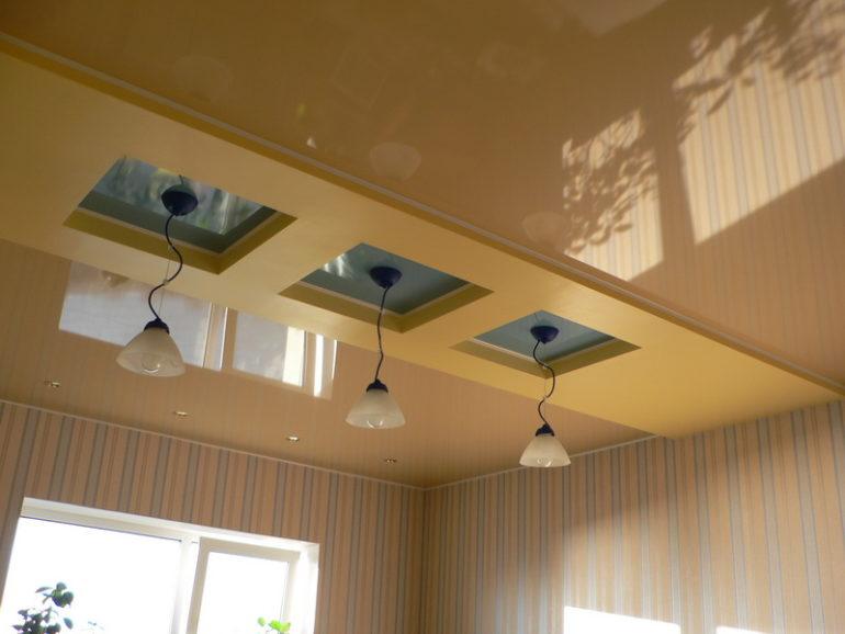 Потолок может участвовать в зонирование помещения, визуально отделяя рабочее пространство от зоны отдыха