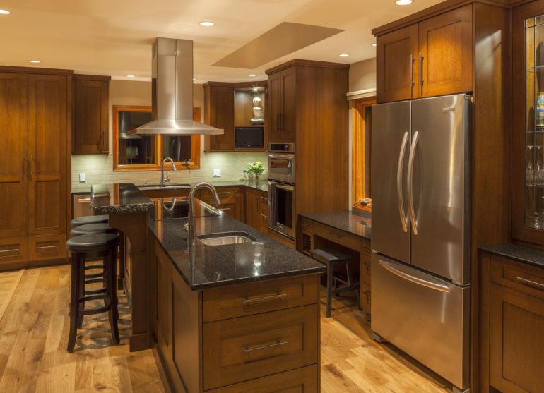 Темные цвета зрительно уменьшают помещение, но для кухни средней площади это не столь важно