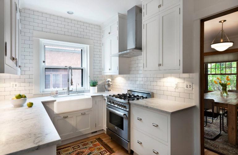 """В П-образной компоновке легко соблюсти """"правило треугольника"""" и обеспечить множество мест хранения кухонных принадлежностей"""