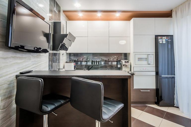 Телевизор на кухне и барная стойка