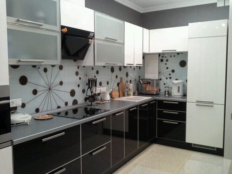 Главной чертой этого стиля является объединение разнообразных структур и большое количество металла и стекла
