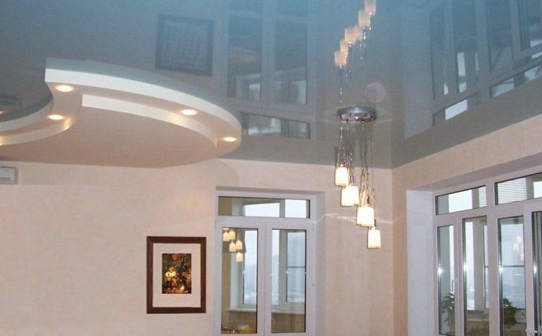 Натяжные глянцевые потолки легко моются, да и пачкаются меньше
