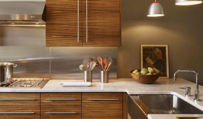 Фартук из нержавеющей стали гармонично вписывается в дизайн кухни, оформленной в современном стиле