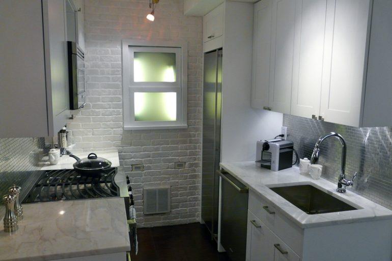 Даже небольшую кухню реально обустроить с полным комфортом, если обратить внимание на ключевые моменты и воспользоваться определенными приемами увеличения пространства