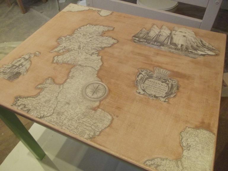 Перед нанесением лакового слоя стол можно украсить декоративными фрагментами