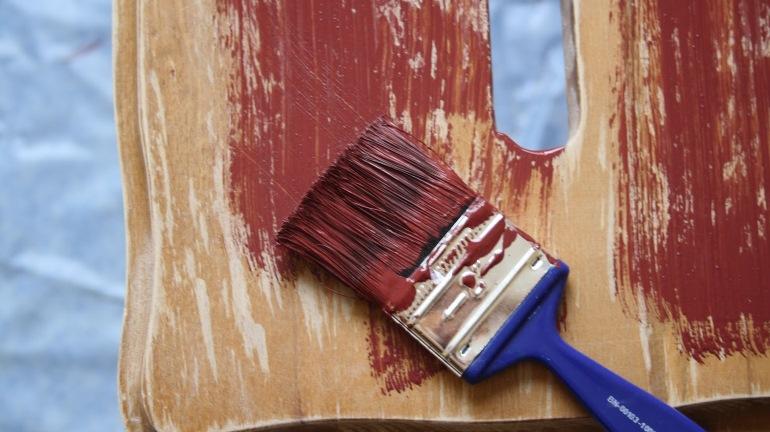 Покрасить стол быстрее всего получится из баллончика, но при использовании кисти красящий состав впитается глубже и качество окраски возрастет