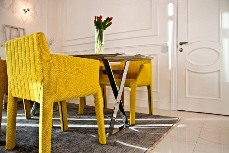 Желтые кресла и ковёр на полу