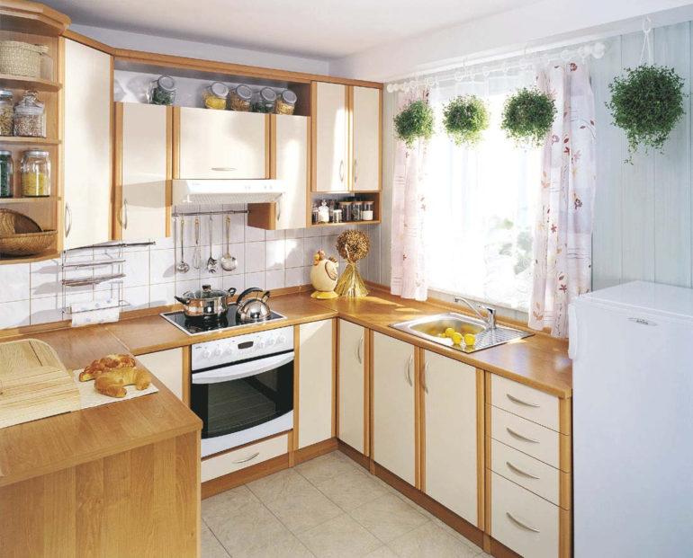 Традиционная светлая кухня с контрастными деталями выглядит уютно и чисто