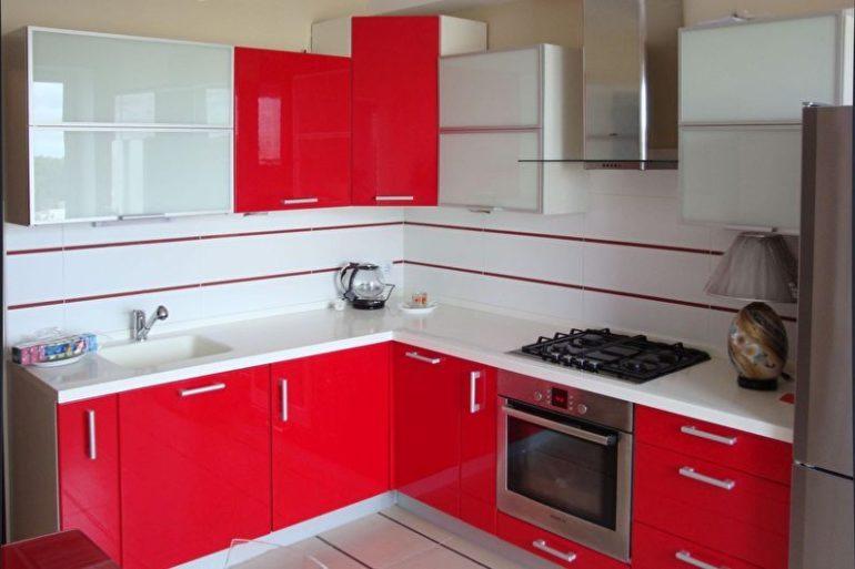 Если вам кажутся скучными привычные цветовые сочетания, присмотритесь к красной кухонной мебели, которая отлично смотрится на белом или сером фоне