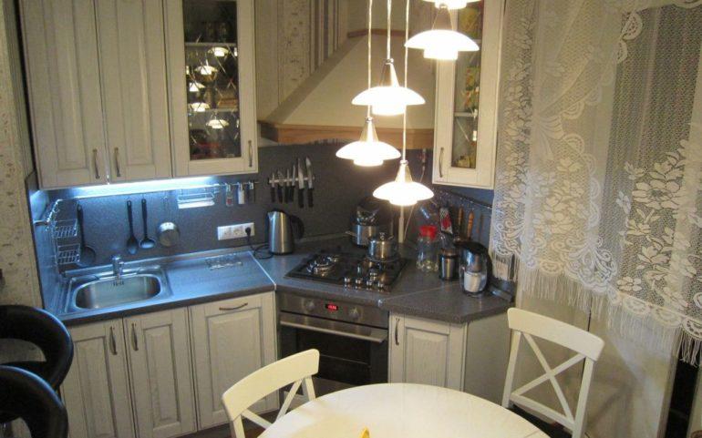 Газовая плита в скошенном углу маленькой кухни