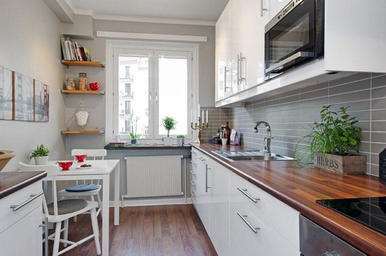 Дизайн прямоугольной кухни с окном