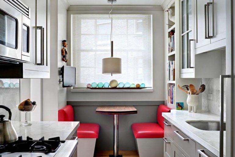 При выборе линейной двухрядной планировки обеденный уголок можно поставить у окна