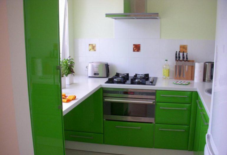 П-образная планировка очень удобна, но не всегда доступна в узких кухнях – возможно, придется перенести обеденную зону в другую комнату