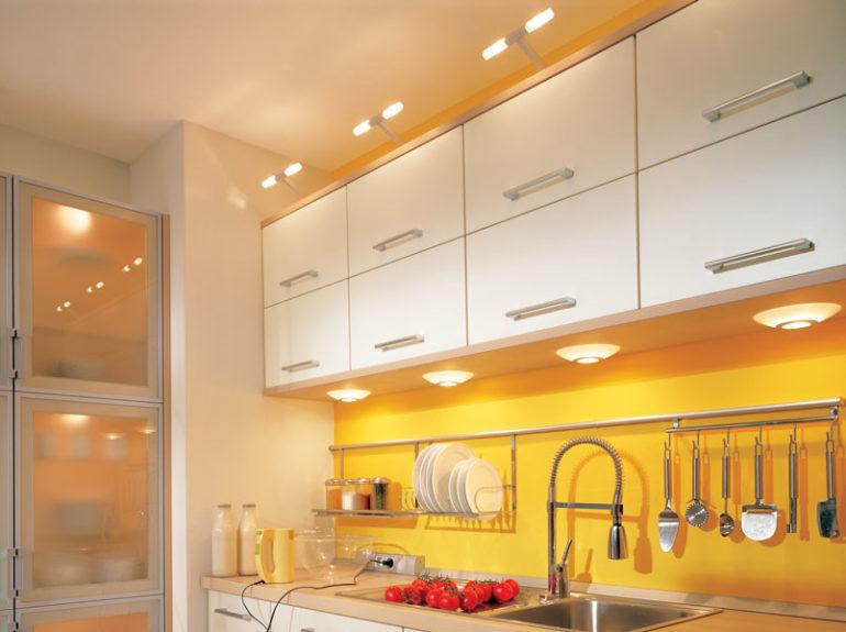 Встроенные подсветки сделают кухню объемнее