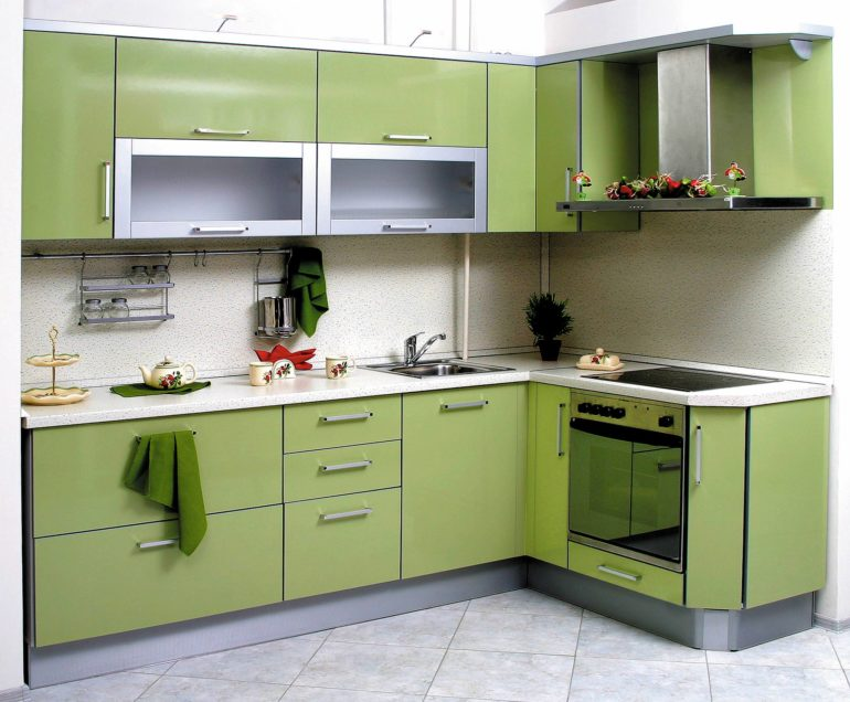 Г-образный гарнитур идеален для маленькой кухни