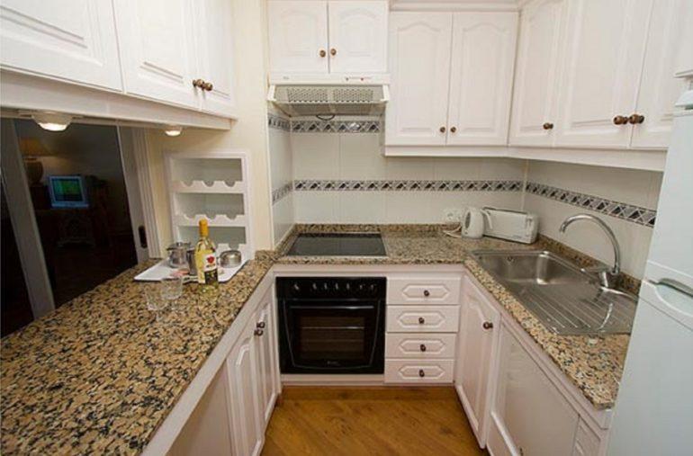 Для узкой кухни желательно использовать мебель в тон отделки стен