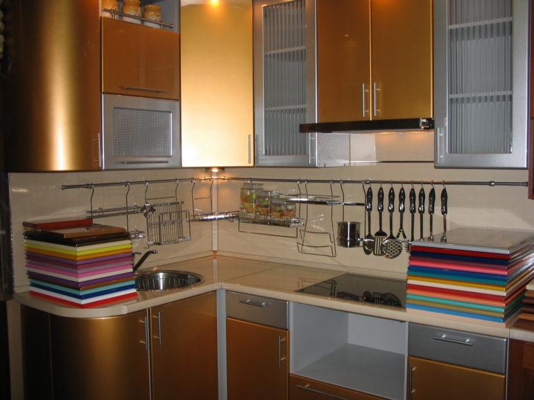 Кухонный гарнитур с золотистым фасадом