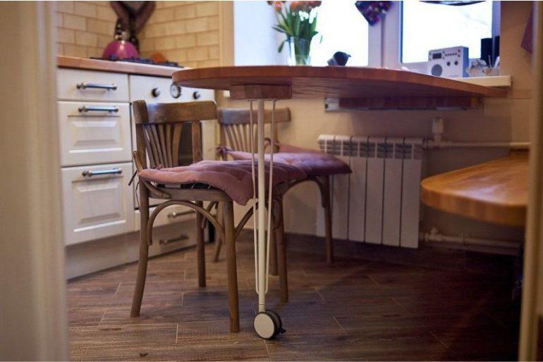 Откидной столик удобен тем, что его легко убрать при необходимости