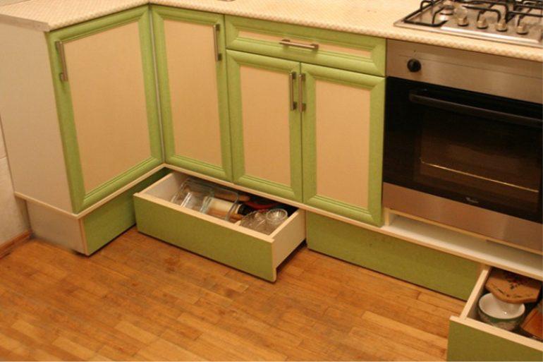 Дополнительное место хранения – выдвижные ящики в цоколе гарнитура