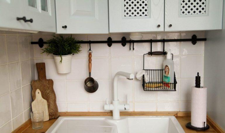 Хозяева этой кухни спрятали газовую колонку в подвешенный над мойкой шкафчик с решетчатыми дверцами