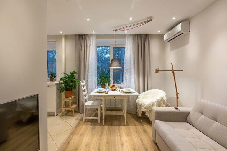 Уютная обеденная зона и мягкий диван