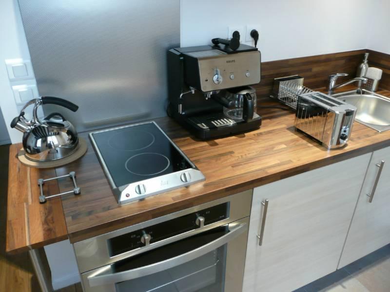 Для небольшой семьи будет достаточно компактной варочной панели, а духовку может заменить СВЧ печь с функцией конвекции