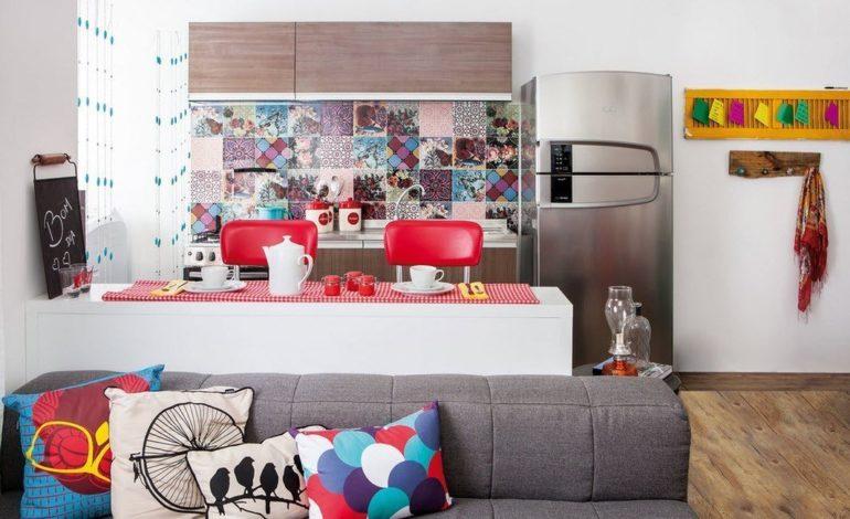Барная стойка посередине разделит квадратную кухню на две функциональные зоны