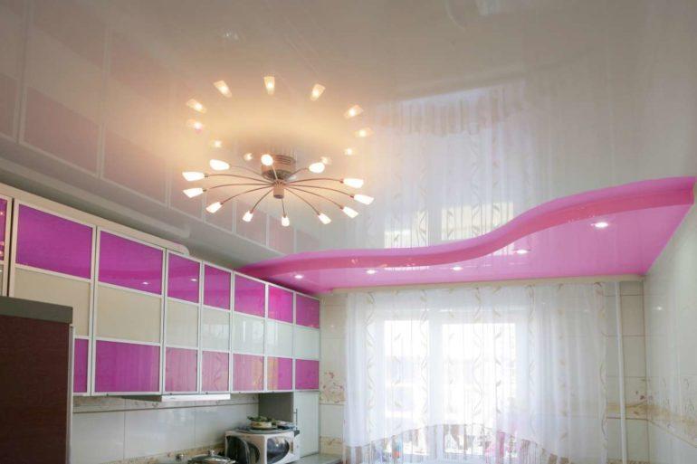 Рожковая люстра и глянцевый потолок