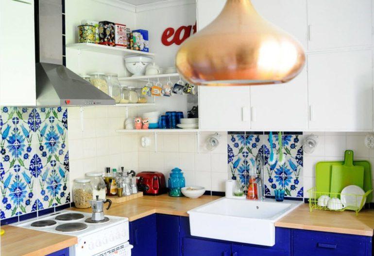 Маленькая кухня – не повод для полного исключения ярких цветов, просто знайте меру в использовании колоритных оттенков