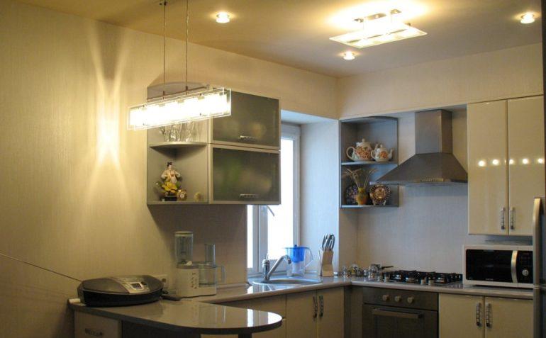 Вместо одной большой люстры лучше использовать несколько светильников, равномерно расположенных на потолке