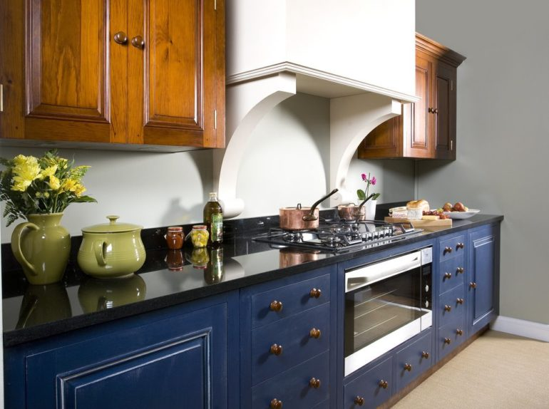 Синие оттенки идеальны на кухне с окнами на южную сторону, ведь в помещениях этого цвета комфортнее в жаркую погоду