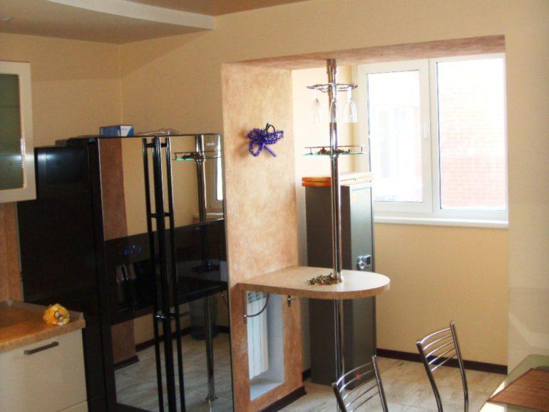 Барная стойка в проеме и холодильник на балконе