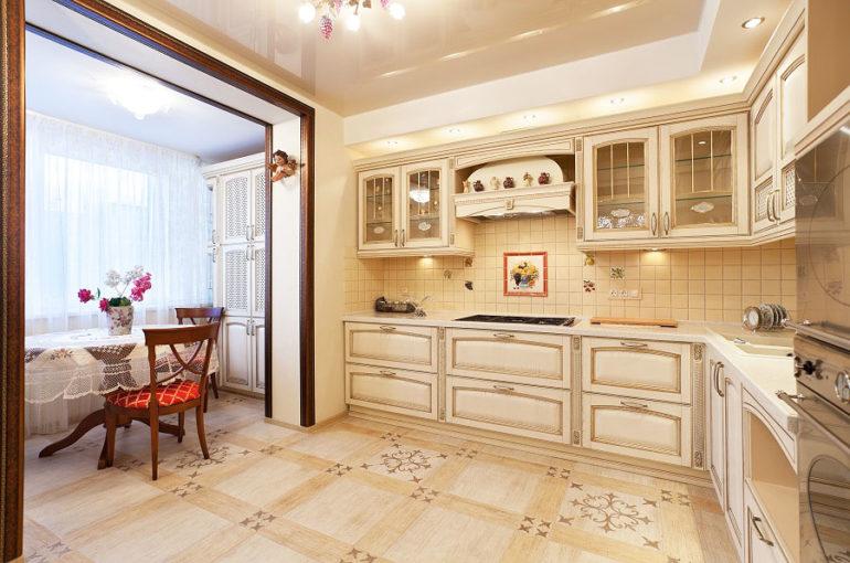 Кухня в классическом стиле с присоединенным балконом