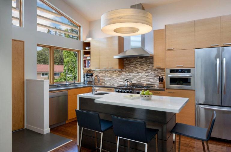 Кухонные острова различаются планировкой и наполняемостью, а также цветовыми, фактурными и конструктивными решениями