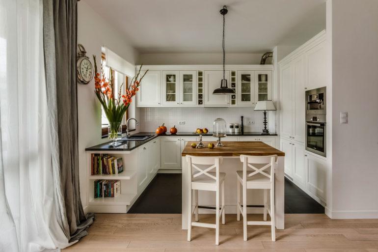 В белоснежной кухне органично смотрится остров полностью или частично выполненный из дерева